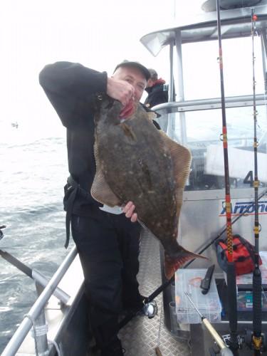 Fredrik Meyer med en hälleflundra på cirka 12 kg.