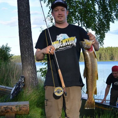 eye to eye with big trout fish in newspaper Fiskemagasinet.se