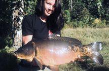 Emma Bäcker Håkonsen med en karp på 6,8 kg tagen på majs i norska bräckvatten sjön Gunnekleiv, under Norskt mästerskap i karpfiske.